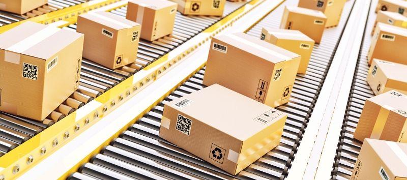 Kartons auf mehreren Förderbändern